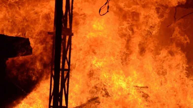 Firecracker Factory Blast: పంజాబ్లో విషాద ఘటన! పటాకుల కార్మాగారంలో భారీ పేలుడు, 19 మంది దుర్మరణం. పేలుడు తర్వాత భారీగా ఎగిసిపడిన మంటలు.