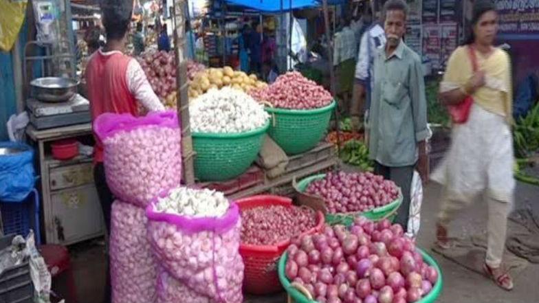 Garlic Price @250: 250 రూపాయలను టచ్ చేసిన వెల్లుల్లి, ఉల్లి ధరలు ఇంకా ఘాటుగానే..మహారాష్ట్ర నుంచి దిగుమతులు బంద్, నష్టపోయిన పంటకు పరిహారం ఇవ్వాలంటూ రైతుల ధర్నా