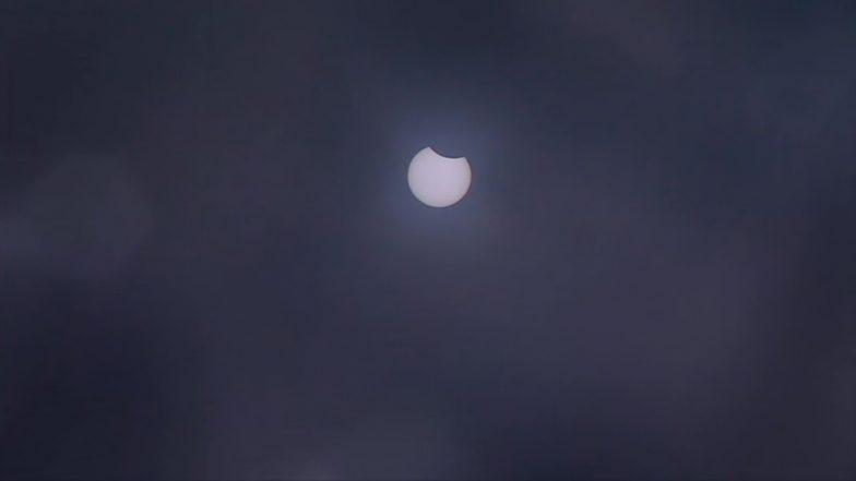 Solar Eclipse 2019: ఆకాశంలో కనువిందు చేస్తున్న సూర్యగ్రహణం, ఈ ఏడాదికి ఇదే చివరి సూర్యగ్రహణం, సురక్షితమైన ఫిల్టర్లను ఉపయోగించే చూడాలంటున్న నిపుణులు, వివిధ ప్రాంతాల్లో సూర్యగ్రహణం చిత్రాలు
