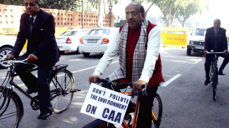 CAA Row-Vijay Goel: సైకిల్పై ఢిల్లీ రోడ్ల మీద బీజేపీ 'శ్రీమంతుడు', దేశాన్ని కలుషితం చేయవద్దన్న విజయ్ గోయెల్, సీఏఏ బ్యానర్ కట్టుకుని సైకిల్పై పార్లమెంట్కి వచ్చిన బీజేపీ ఎంపీ