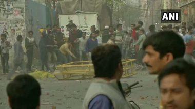 Delhi Violence: దిల్లీలో సిఎఎ అనుకూల, వ్యతిరేక వర్గాల మధ్య ఘర్ణణ, పోలీస్ హెడ్ కానిస్టేబుల్ మృతి, డీసీపీకి గాయాలు, శాంతిభద్రతలను కాపాడాలని కేంద్రానికి సీఎం కేజ్రీవాల్ విజ్ఞప్తి