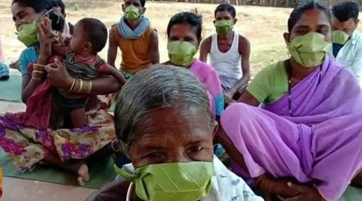 Tribes Corona Leaf Masks: అడవి బిడ్డలకు ఆకులే మాస్కులు, ఎన్90 మాస్కులు కొనేందుకు చేతిలో డబ్బులు లేవు, వ్యాధి గురించి అవగాహన లేదు, అయినా కరోనాని తరిమేస్తున్న గిరిజనులు