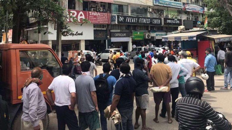 Lockdown in Telangana: లాక్డౌన్ దెబ్బ..నిన్న ఒక్క రోజే రూ. 219 కోట్ల మద్యం అమ్మకం, 4 గంటల వ్యవధిలో తెలంగాణలో 94 కోట్ల రూపాయల మద్యం అమ్మకాలు, తెలంగాణలో ఉన్న మొత్తం 2,200 మద్యం దుకాణాల్లో పుల్ రష్