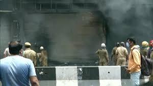 Delhi Fire: ఢిల్లీలో భారీ అగ్ని ప్రమాదం, నాలుగు దుకాణాలు తీవ్రంగా దెబ్బతిన్నట్లు వార్తలు మంటలను అదుపులోకి తీసుకువస్తున్న ఫైర్ సిబ్బంది