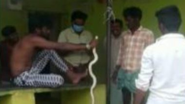 Karnataka: కాటేసిన పాముతో ఆస్పత్రికి పరుగుపెట్టిన బళ్లారి యువకుడు, సిబ్బంది అందుబాటులో లేకపోవడంతో మరో ఆస్పత్రికి, సోషల్ మీడియాలో వీడియో వైరల్