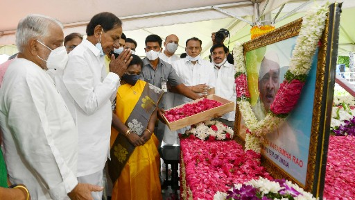 PV Narasimha Rao's Birth Centenary Celebrations: పీవీ జ్ఞానభూమిలో ఘనంగా ముగిసిన శతజయంతి ఉత్సవాలు, పీవీ విగ్రహానికి నివాళులర్పించిన సీఎం కేసీఆర్, గవర్నర్ సౌందర రాజన్, పీవీని ఎంత గౌరవించుకున్న తక్కువేనని తెలిపిన తెలంగాణ ముఖ్యమంత్రి