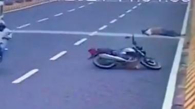 Bike Accident on Balanagar Flyover: బాలానగర్ ఫ్లైఓవర్పై ప్రమాదం, బైక్పై వేగంగా వెళ్తూ అదుపుతప్పి సేఫ్టీ గోడకు గుద్దుకున్న యువకుడు, అక్కడికక్కడే మృతి చెందిన ప్రకాశం జిల్లా యువకుడు