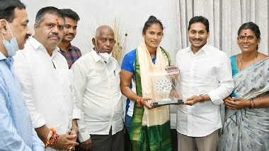 Hockey Player Rajini Meet CM YS Jagan: ఏపీ హాకీ క్రీడాకారిణి రజనీకి రూ. 25లక్షల నగదు, కుటుంబంలో ఒకరికి ఉద్యోగం, ముఖ్యమంత్రి వైఎస్ జగన్మోహన్రెడ్డిని మర్యాదపూర్వకంగా కలిసిన భారత మహిళా హాకీ ప్లేయర్