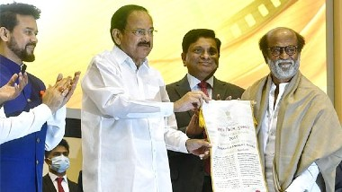 దాదా సాహెబ్ ఫాల్కే అవార్డు అందుకున్న రజనీకాంత్